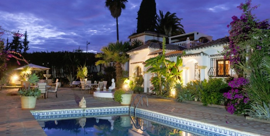 Large finca Marbella Finca Buenaventura pool by night