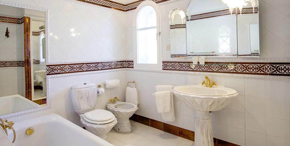 Large villa Estepona Villa Jasmine ensuite bathroom bedroom 2