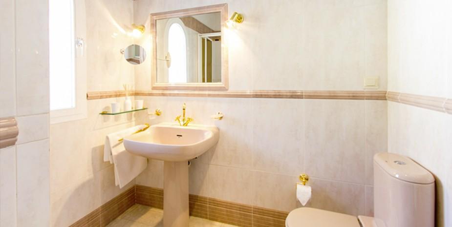 Large villa Estepona Villa Jasmine ensuite bathroomg to bedroom 1