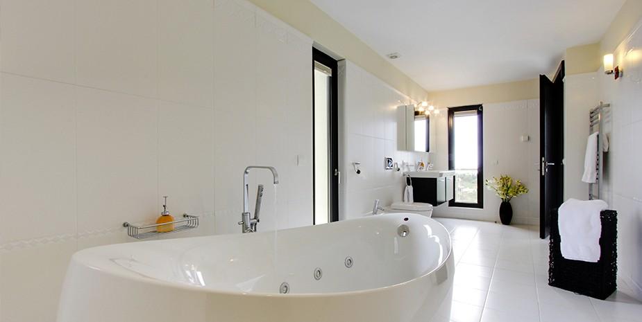 Luxury villa Marbella 10 bedrooms Villa el Cano stunning bathroom with Villeroy & Boch jacuzzi bath